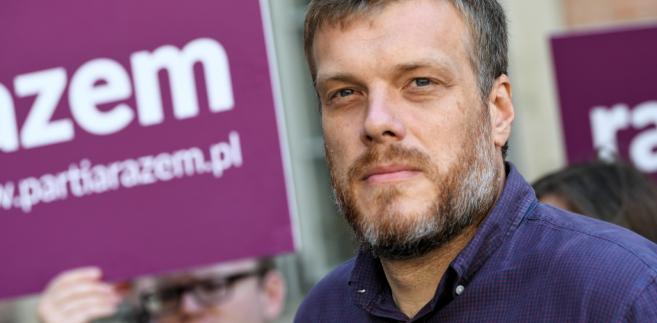 Adrian Zandberg podczas konferencji prasowej Partii Razem w Gdańsku.