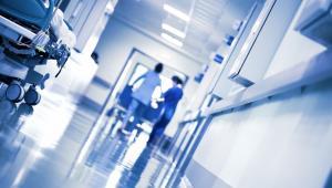 Szukając oszczędności, likwidowali etaty pielęgniarskie, teraz – po wprowadzeniu nowych norm zatrudnienia dla tej grupy – będą mieć nowy nie lada kłopot.