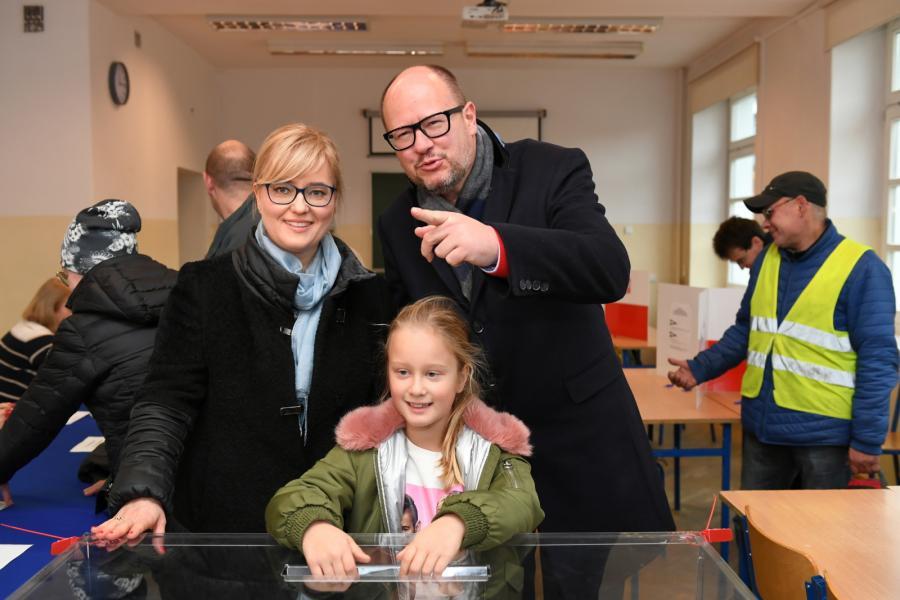 Prezydent Gdańska Paweł Adamowicz z żoną Magdaleną i córką podczas głosowania w II turze wyborów samorządowych w Gdańsku.