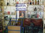 """<b><a href=""""http://www.muzeumrowerow.pl/golab.html"""">   Muzeum Pijaństwa</a>– w Gołębiu niedaleko Kazimierza Dolnego </b><br />  Właściciel tego miejsca, Józef Konstanty Majewski, pokazuje wszystkim zainteresowanym mnogość butelek, kufli i kieliszków w najróżniejszych kształtach. Tym, którzy nasycą się wrażeniami proponujemy obejrzenie drugiej ekspozycji – rowerowej. Odważni mogą spróbować swoich sił i pojeździć na sprzęcie prezentowanym w Muzeum Nietypowych Rowerów."""
