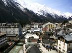 Chamonix – niezwykle popularny wśród turystów kurort położony w Alpach, przy granicy ze Szwajcarią. Modne miejsce przyciąga setki tysięcy narciarzy i alpinistów. Bliskość masywu Mont Blanc, idealne warunki do uprawiania sportów zimowych czyni Chamonix jednym z najbardziej znanych zimowych kurortów na świecie.