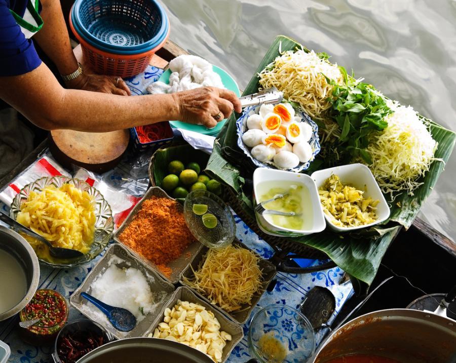 """Bangkok. Czytelnicy są zgodni, że stolica Tajlandii jest najlepszym miejscem na świecie, żeby posmakować """"ulicznego"""" jedzenia. Specjalnością tajskiej kuchni są m.in: kurczak z zielonym curry oraz smażone kluski wymieszane z jajkiem, sosem rybnym, sosem z tamaryndowca, papryką chili, mięsem oraz orzeszkami ziemnymi."""