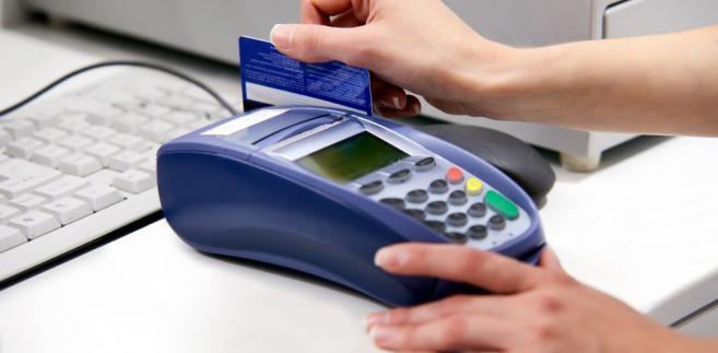 Dostawcy usług płatniczych nie mogą pobierać opłaty za wydanie karty płatniczej do rachunku podstawowego.