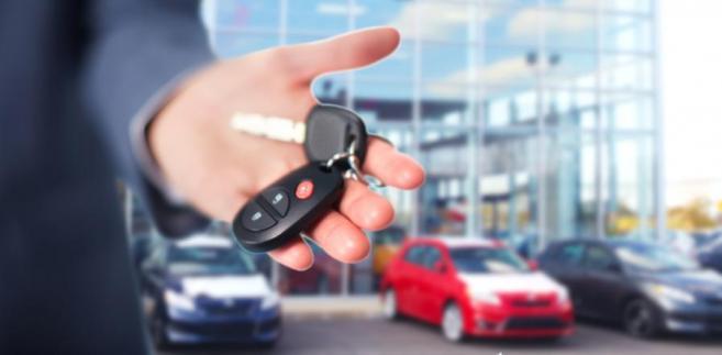 Skoro podatnik nie używa aut w działalności gospodarczej, to w ogóle nie stosuje się wobec niego przepisu o odliczaniu tylko 50 proc. VAT.